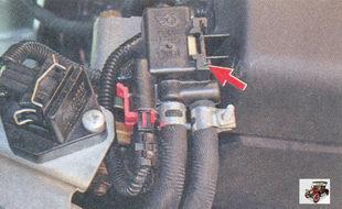 клапан продувки адсорбера установлен в моторном отсеке на декоративном кожухе двигателя