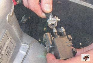 шланг штуцера клапана продувки адсорбера