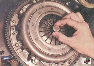 установка оправки в отверстие ведущего диска сцепления