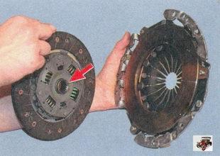 установка ведомого диска сцепления в корзину ведущего диска