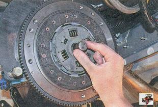 установка с помощью оправки ведомого диска сцепления Лада Приора ВАЗ 2170