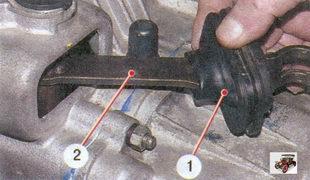 1 - резиновый защитный чехол; 2 - рычаг вилки выключения сцепления
