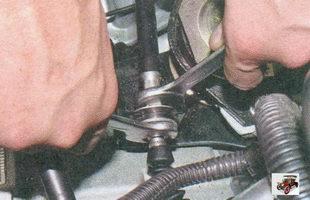 гайка крепления наконечника троса привода выключения сцепления к кронштейну на коробке передач