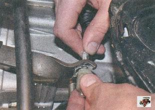 установка наконечника троса привода сцепления в паз вилки выключения сцепления