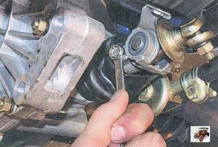 болт, фиксирующий корпус шарнира привода переключения передач на штоке выбора передач