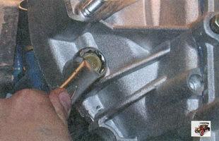 болт левого нижнего крепления коробки передач к двигателю