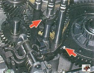 болты крепления вилок переключения I и II, III и IV передач