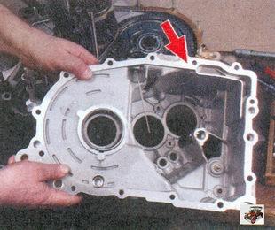 осмотр картера сцепления и коробки передач, а также задней крышки