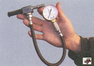 манометром с резиновым шлангом для проверки давления в топливной рампе