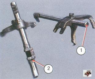 1 - шток с вилкой переключения I и II передач, 2 - шток с вилкой переключения III и IV передач