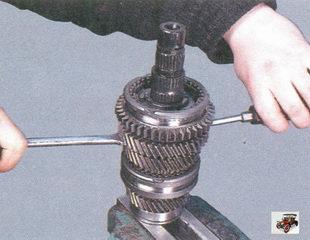 снятие с вторичного вала синхронизатор I и II передач