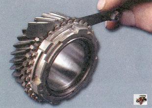 проверка зазора между шестерней и блокирующим кольцом