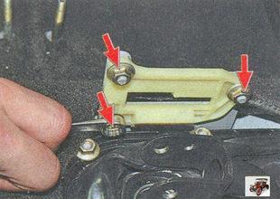 гайки крепления накладки кронштейна блокировки заднего хода