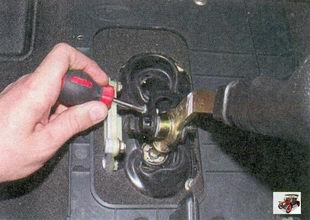 винт крепления упора оси рычага переключения передач