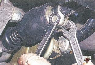 гайка стяжного болта хомута на тяге управления коробкой передач