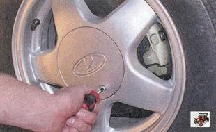 винт крепления декоративного колпака переднего колеса Лада Приора ВАЗ 2170
