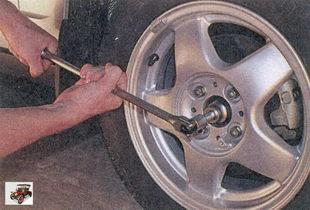 ослабьте затяжку болтов крепления колес и гаек ступиц