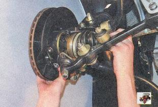 снятие шлицевого хвостовика корпуса внутреннего шарнира левого привода