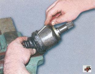 установка пыльника на корпус шарнира