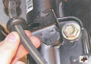 в нише колеса выньте тормозной шланг из кронштейна на стойке