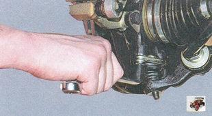 болты крепления шарового шарнира к поворотному кулаку