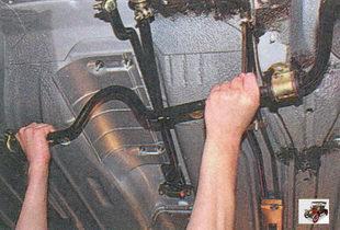 снятие штанги стабилизатора поперечной устойчивости вместе с кронштейнами и стойками