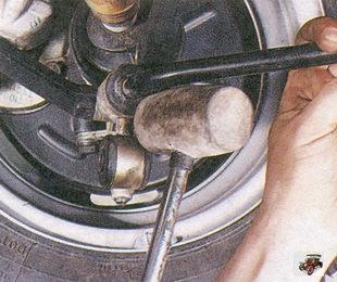 сбейте стойки со штанги стабилизатора деревянным или полимерным молотком