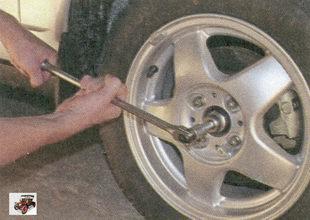 ослабьте затяжку гайки передней ступицы Лада Приора ВАЗ 2170