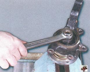запрессуйте с помощью оправки переднюю ступицу во внутреннее кольцо подшипника