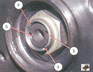 а - старые замятые части буртика гайки; b - пазы на хвостовике наружного ШРУСа