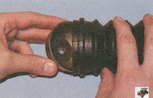 при установке крышки на пыльник заправьте его кромку на фланец крышки