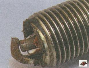 механические повреждения электродов и изолятора свечи зажигания