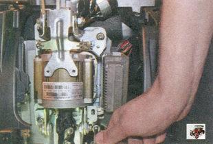 гайки крепления электромеханического усилителя рулевого управления к кузову