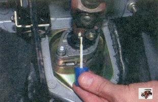 пометьте положение карданного вала рулевого управления на приводной шестерне