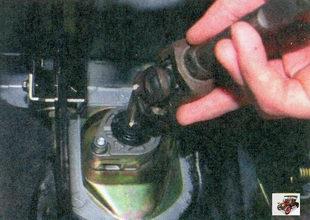 снятие карданного вала рулевого управления с приводной шестерни рулевого механизма