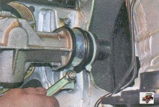 две гайки крепления рулевого механизма с обеих сторон