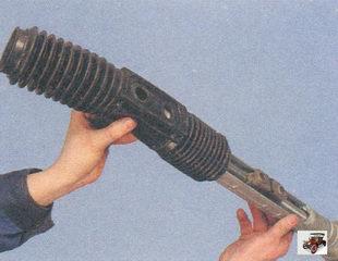 снятие пыльника рулевой рейки с картера рулевого механизма