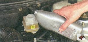 доливка тормозной жидкости в бачок главного тормозного цилиндра