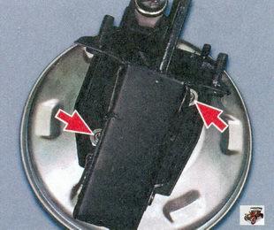 гайки крепления вакуумного усилителя тормозов к кронштейну тормозной педали