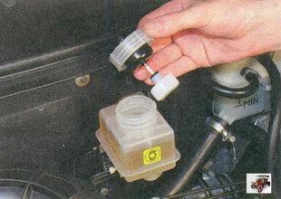 бачок главного тормозного цилиндра с поплавком датчика уровня