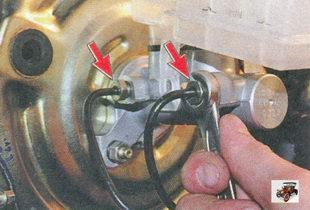 гайки крепления тормозных трубок к главному тормозному цилиндру