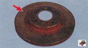 осмотр тормозного диска на наличие задиров, глубоких рисок и других дефектов