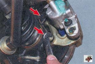 болты крепления направляющей тормозных колодок к поворотному кулаку