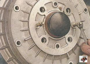 снятие тормозного барабана с помощью равномерного заворачивания штифтов