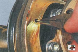 направляющая пружина передней тормозной колодки
