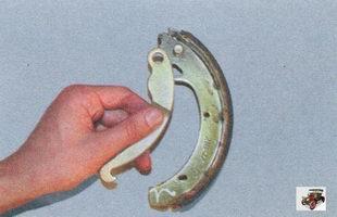 приводной рычаг задней тормозной колодки