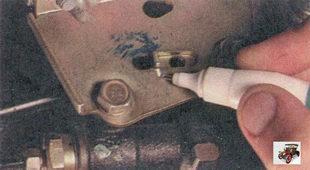 пометьте положение рычага привода относительно кронштейна