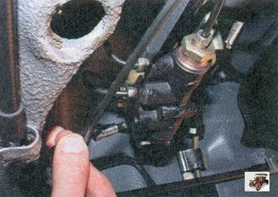 отсоедините тормозные трубки от регулятора давления тормозов