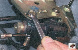 передний болт крепления регулятора давления тормозов к кронштейну