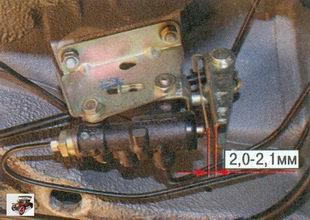 зазор между рычагом привода и пружиной рычага